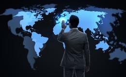 Homem de negócios que trabalha com mapa do mundo virtual Fotos de Stock Royalty Free