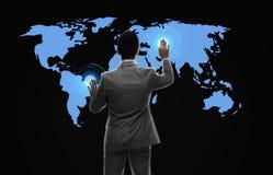 Homem de negócios que trabalha com mapa do mundo virtual Imagem de Stock Royalty Free