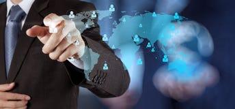 Homem de negócios que trabalha com o networ moderno novo do social da mostra de computador Imagens de Stock Royalty Free