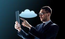 Homem de negócios que trabalha com o PC transparente da tabuleta Imagens de Stock Royalty Free