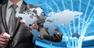 Homem de negócios que trabalha com objeto digital, globalização do negócio Fotografia de Stock Royalty Free