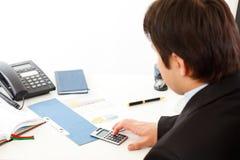 Homem de negócios que trabalha com originais financeiros. imagem de stock royalty free
