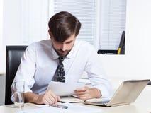 Homem de negócios que trabalha com papel Imagens de Stock Royalty Free