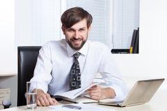Homem de negócios que trabalha com papel e portátil Fotos de Stock