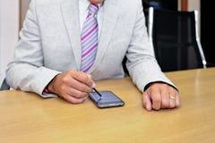 Homem de negócios que trabalha com phablet Fotografia de Stock