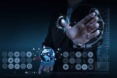Homem de negócios que trabalha com rede moderna nova do social da mostra de computador Fotografia de Stock