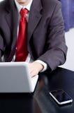 Homem de negócios que trabalha com seu caderno Fotografia de Stock