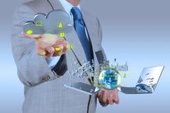 Homem de negócios que trabalha com um diagrama de computação da nuvem Fotografia de Stock