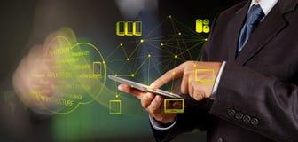 Homem de negócios que trabalha com um diagrama de computação da nuvem imagem de stock