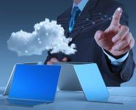 Homem de negócios que trabalha com um diagrama de computação da nuvem no co novo Fotografia de Stock