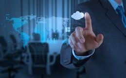 Homem de negócios que trabalha com um diagrama de computação da nuvem no co novo Fotografia de Stock Royalty Free