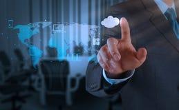Homem de negócios que trabalha com um diagrama de computação da nuvem no co novo imagens de stock