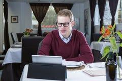 Homem de negócios que trabalha com uma tabuleta Imagens de Stock