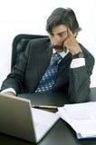 Homem de negócios que trabalha duramente em sua mesa Fotografia de Stock