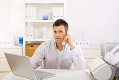 Homem de negócios que trabalha em casa Imagens de Stock Royalty Free