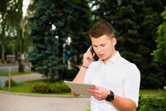 Homem de negócios que trabalha em sua tabuleta Foto de Stock Royalty Free