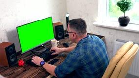 Homem de negócios que trabalha em um grande monitor desktop filme