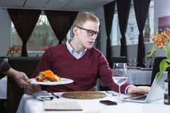 Homem de negócios que trabalha em um restaurante Fotos de Stock