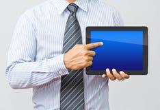 Homem de negócios que trabalha em uma tabuleta digital Fotos de Stock Royalty Free