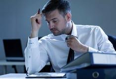 Homem de negócios que trabalha fora do tempo estipulado Fotos de Stock
