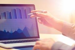 Homem de negócios que trabalha na estratégia de análise de troca financeira global do crescimento usando o portátil Inovação mode fotos de stock