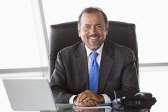 Homem de negócios que trabalha na mesa Fotografia de Stock Royalty Free