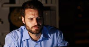 Homem de negócios que trabalha na noite vídeos de arquivo