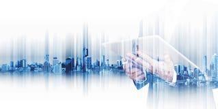 Homem de negócios que trabalha na tabuleta digital com a cidade da exposição dobro, conceitos da tecnologia de comunicação empres fotos de stock royalty free