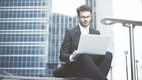 Homem de negócios que trabalha no ao ar livre com um portátil Fotos de Stock