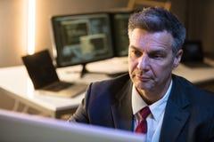 Homem de negócios que trabalha no computador imagens de stock royalty free