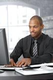 Homem de negócios que trabalha no computador Foto de Stock