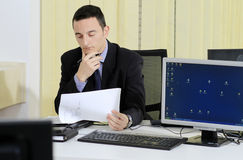 Homem de negócios que trabalha no escritório fotografia de stock royalty free