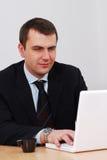 Homem de negócios que trabalha no lap-top Foto de Stock