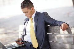 Homem de negócios que trabalha no parque da cidade Fotos de Stock Royalty Free
