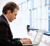 Homem de negócios que trabalha no portátil fotografia de stock royalty free