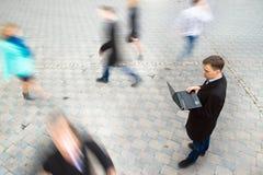 Homem de negócios que trabalha no portátil Fotos de Stock