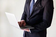 homem de negócios que trabalha no portátil com espaço da cópia Imagem de Stock Royalty Free