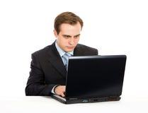 Homem de negócios que trabalha no portátil. Isolado no branco. Foto de Stock Royalty Free