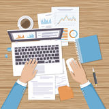 Homem de negócios que trabalha no portátil Mãos no rato do portátil e do computador, originais, formulários Foto de Stock