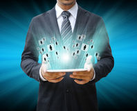 Homem de negócios que usa a almofada de toque Imagens de Stock