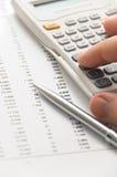 Homem de negócios que usa a calculadora científica foto de stock royalty free