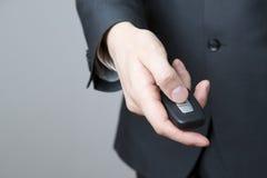 Homem de negócios que usa a chave do carro Foto de Stock