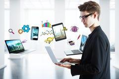 Homem de negócios que usa dispositivos Foto de Stock