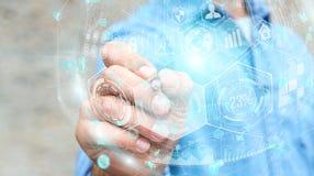 Homem de negócios que usa a esfera digital dos dados dos holograma com uma pena 3D r Imagens de Stock Royalty Free