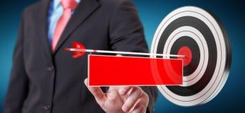 Homem de negócios que usa o alvo da rendição 3D Fotografia de Stock Royalty Free
