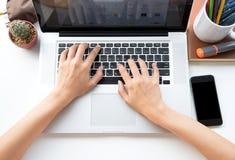 Homem de negócios que usa o computador com as mãos que datilografam em um teclado imagens de stock royalty free