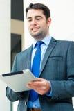 Homem de negócios que usa o computador da tabuleta imagem de stock