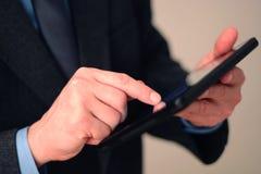 Homem de negócios que usa o computador da tabuleta Fotos de Stock Royalty Free