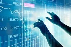Homem de negócios que usa o dispositivo da tela virtual para verificar dados do mercado, conceito do mercado de valores de ação imagem de stock royalty free