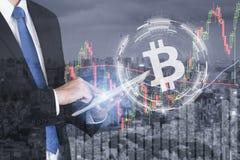 Homem de negócios que usa o estoque da troca de troca do bitcoin do negócio da tabuleta fotos de stock royalty free